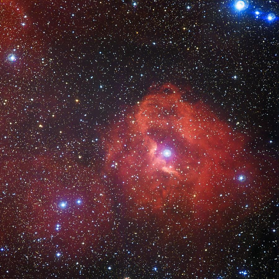 Esta nova imagem obtida pelo instrumento Wide Field Imager (WFI), montado no telescópio MPG/ESO de 2,2 metros, no Observatório de La Silla, no Chile, revela uma nuvem de hidrogénio chamada Gum 41. No seio desta nebulosa pouco conhecida, estrelas luminosas, quentes e jovens, emitem radiação que faz brilhar o hidrogénio circundante num caraterístico tom escarlate.