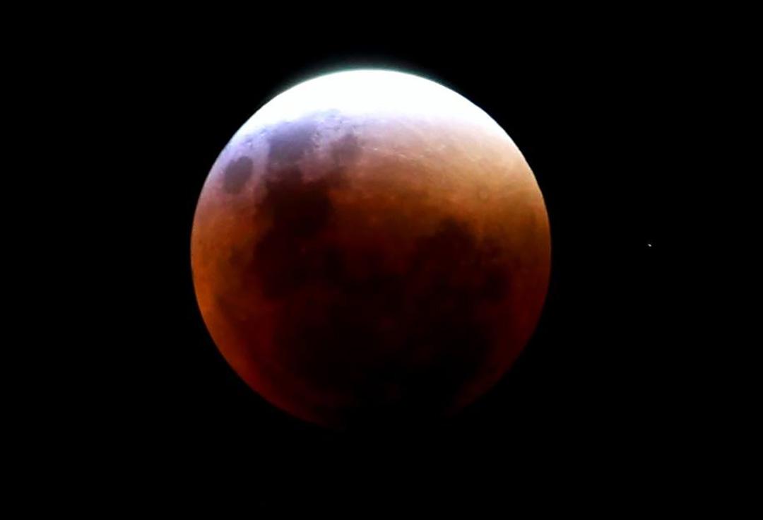Agora sim uma foto que sai boa da Lua sendo eclipsada! - Fabian Debenedetti