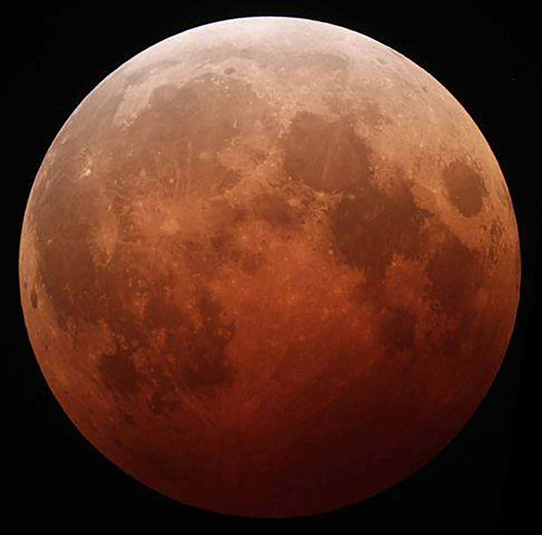 Totality is coming up! Depending on how many particles that are in our atmosphere influences how red the moon will be. Look out and see the moon change color. bit.ly/1MnUQrY Share you pics #AWBlunareclipse or write a Members Report: http://bit.ly/19Vzelm - Astronomers Without Borders