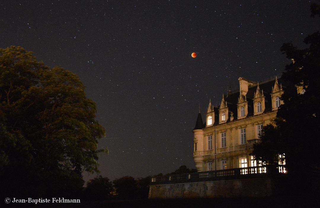 Superbe éclipse de Lune cette nuit ! D'autres images à découvrir ici : http://blogs.futura-sciences.com/feldmann/2015/09/28/retour-en-images-sur-leclipse-de-lune-du-28-septembre/ -  Jean-Baptiste Feldmann