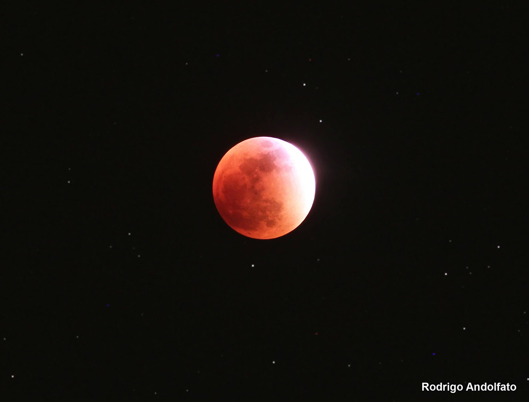 A Lua quase totalmente coberta pela sombra da Terra. — with Creusa Capeletto. - Rodrigo Andolfato