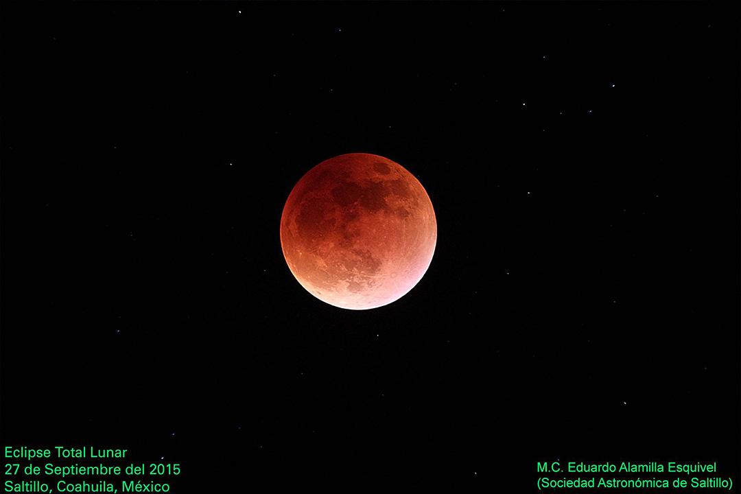 Eclipse Total Lunar del 27 de Septiembre del 2015, con un fondo de estrellas, fotografiado desde Saltillo, Coahuila, México. Autor: M.C. Eduardo Alamilla Esquivel (miembro de la Sociedad Astronómica de Saltillo). -  Sociedad Astronómica de Saltillo
